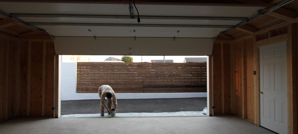 ガレージドアの据付作業をするイープランスタッフ